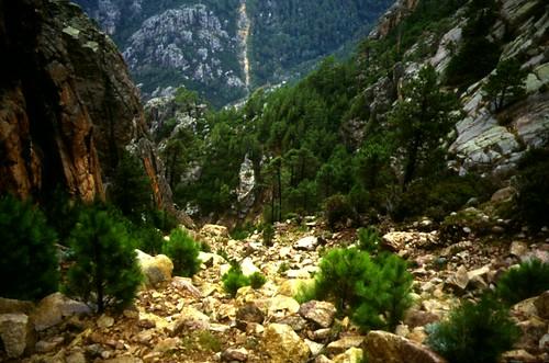 Giru di Ferriate 95 : Le couloir érodé de l'autre côté du col (Bocca di u Cunduttori)