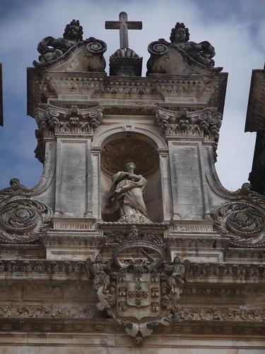 Fantásticos pormenores da fachada, com o brasão de Portugal