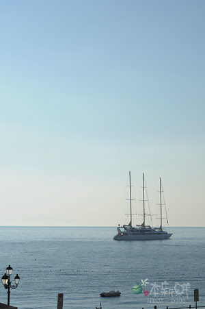 停泊在海面上的船