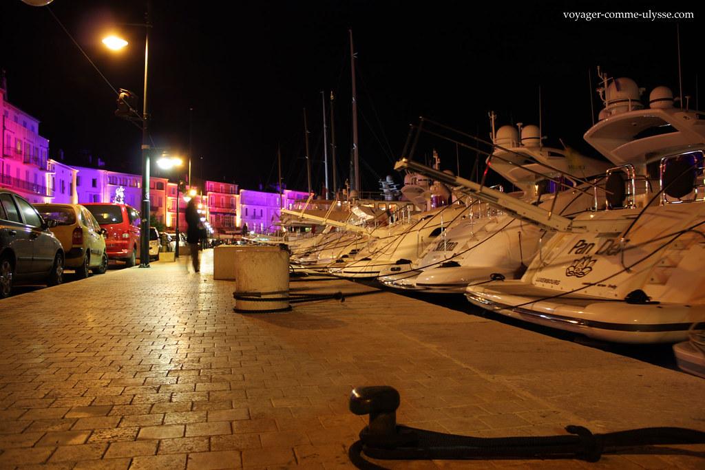 Saint-Tropez ilumina-se de mil cores, quando a noite cai