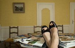 Fausse dtente (Jessie Romaneix ) Tags: feet relax cool shoes waiting room polish magazines mags pieds salle chaussures attente vernis escarpins