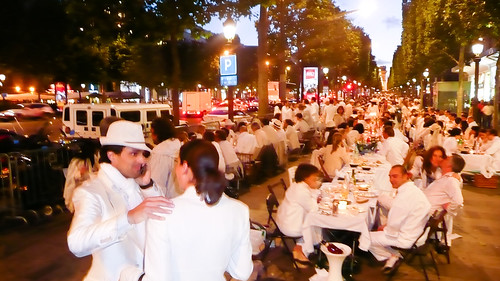 10,000 people dining together in Champs Élysées