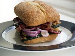 Sandwich med bacon, rødløg og grillet squash