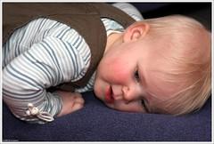 Tired | Moe (Dit is Suzanne) Tags: girl kids children kinderen m meisje    views150 ditissuzanne img2631 canoneos40d tamron28200mm13856 speedlite580exii 23022008