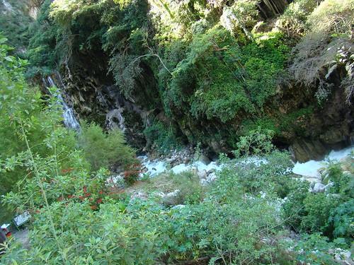 Rio que emerge de las  montañas