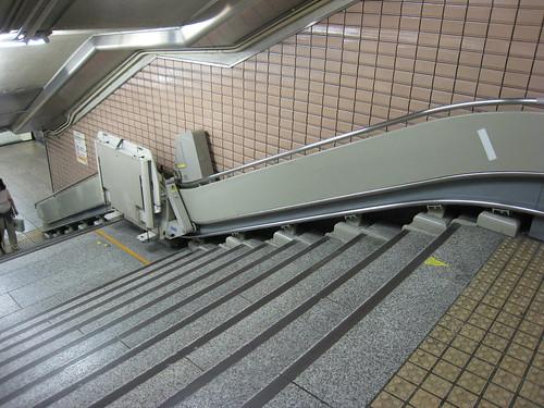 Un ascenseur pour fauteuil roulant installé dans un escalier