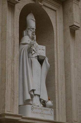 教堂內有很多主教的雕像