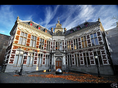 Utrecht University... largest in Netherlands! (Academiegebouw) (B'Rob) Tags: street city travel blue light cloud streetart holland color building art tourism netherlands azul architecture photography lights photo yahoo casa google arquitectura nikon university flickr utrecht symbol picture ciudad bicicleta tourist colores best explore most cielo wikipedia holanda academiegebouw 1224mm mejor tradicin d300 brob explored brobphoto