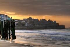 Saint Malo - Bretagne - France (louistib) Tags: sunset sky beach clouds photography town brittany photographie wave bretagne ciel nuages vague plage ville saintmalo coucherdesoleil stmalo chambon oldpartoftown veilleville louistib louisthibaudchambon img3981a1