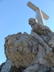 Marcos y el gran Leon / Marcos and the Great Lion (Carlos Olvera Mendoza) Tags: espaa spain franciscofranco sanlorenzodeelescorial elvalledeloscaidos cruzde150metros abadadelasantacruzdelvalledeloscados lacruzcristianamasaltademundo