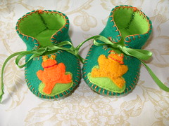 dark green and lime handmade baby booties with frog motifs-hand stitched (Funky Shapes) Tags: uk flowers baby verde green love colors animals kids shoes autum handmade felt zapatos yarn gift frogs animales sapos booties bebes ranas babygift handstich funkyshapes babyclothing babyslippers etsybaby