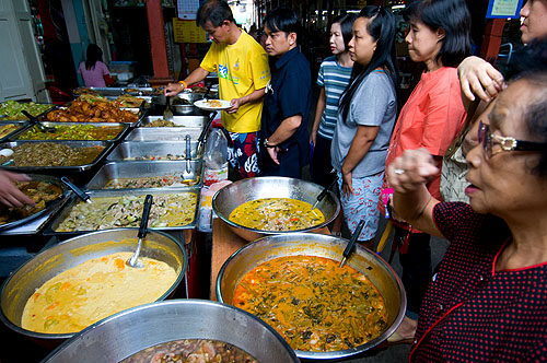 Ratana, a popular curry stall at Nang Loeng Market, Bangkok