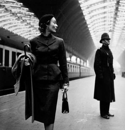 フリー写真素材, 人物, 女性, 鉄道駅・プラットフォーム, トニー・フリーゼル, モノクロ写真, イギリス, ロンドン,