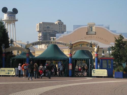 Une surprise pour mes 30 ans et 4 mois (le 2 Septembre) : une journée à Disneyland Resort Paris. La tour de la terreur est à éviter ;o))
