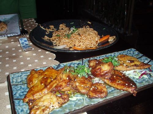 Yakisoba y foie cocinado en teppanyaki