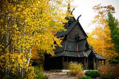 [フリー画像] [人工風景] [建造物/建築物] [教会/聖堂] [ボルグンスターブ教会] [ノルウェー風景] [紅葉]     [フリー素材]