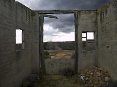 Casa de campo (jcvaldesogo) Tags: españa ventana casa puerta leon campo otoño invierno montaña zuiko horizonte piedra nuebes e510 1260 maleza arbolescielo
