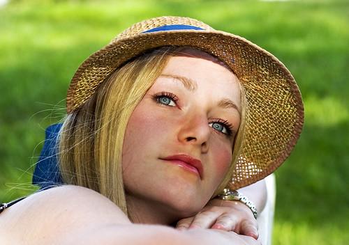 フリー写真素材, 人物, 女性, 見上げる, 帽子・キャップ, 金髪・ブロンド,