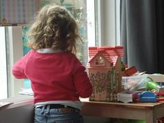 Noor verzint verhalen bij het poppenhuis (knoorvanwijngaarden) Tags: noor spelen