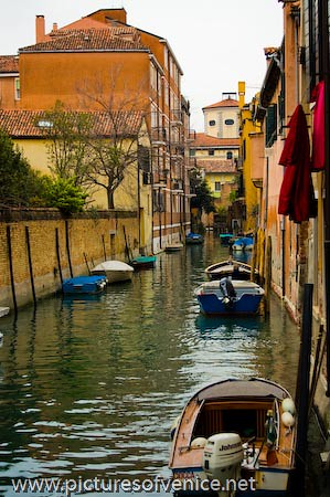 venice italy boat canal motorboats woodenboats blueboat rowingboats sidecanal