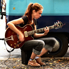 INGA, steady rollin' rhythm jazz guitar (Frizztext) Tags: street musician berlin square interestingness guitar existentialism streetphotography myspace explore galleries fleamarket friedrichshain guitarist boxhagenerplatz 500x500 frizztext 20080908 winner500 alexinga ingastreblow