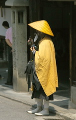 El monjo mendicant / The mendicant monk (SBA73) Tags: street hat yellow japan japanese calle kyoto buddhist religion straw monk buddhism amarillo nippon sombrero kioto carrer soto nihon jap groc monje palla japons monjo budismo japn budista barret mendicante japons mendicant budisme aplusphoto colourartaward bhiksu