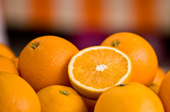 Eat more fruit (George Goodnight) Tags: orange yellow fruit yummy nikon market gelb markt mainz lecker obst orangen omot nikond40