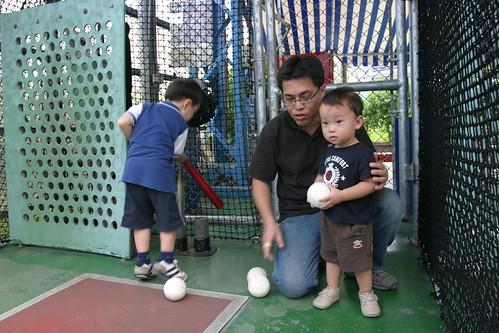 你拍攝的 大魯閣: Ryan打完棒球,Min丟球。