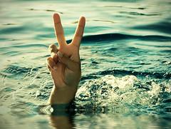 Yes, this is summer   \ / (Thiago Lopes) Tags: summer sol praia beach water gua hand vero mos quente calor