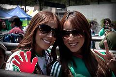 Bellaza por partida doble (Ulises Garca) Tags: usa verde mexicana canon mexico 21 estadio eua tricolor sonrisa futbol belleza seleccion xsi gemelas hermanas azteca festejo aficionadas uligar