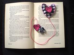 MARCANDO COM AMOR (rosaestilosa) Tags: heart pano artesanato craft fuxico coração feltro brinde tecido bordado retalho marcadordelivro lembraçinha