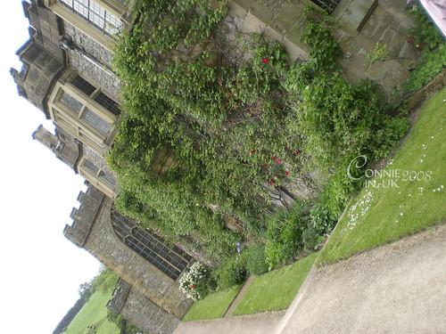 從花園回望 Haddon Hall 的建築。