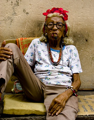 Den gamla flickan i Havanna (Maron) Tags: old portrait people woman glasses sitting havana cuba cigar sit habana seated havanna nikond80 flickraward supermarion bildekritikk marionnesje