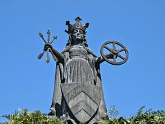 Figur auf dem St. Ursula Brunnen (Stagadon) Tags: geotagged deutschland hessen olympus e3 ursula 50200mm deu wappen oberursel geo:lat=5020278945 geo:lon=857692726