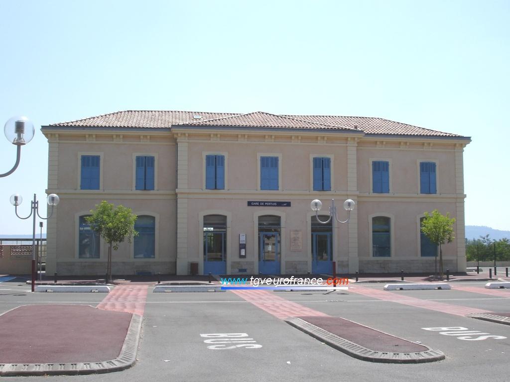 Le bâtiment voyageurs de la gare SNCF de Pertuis (84120)