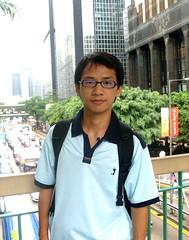 在香港岛的铜锣湾的天桥上