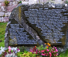 Memorial to the soldiers from Crock, killed in WW II (Linda6769) Tags: friedhof flower cemetery graveyard germany thringen memorial village name year thuringia number flowerpot written warmemorial 1945 grabstein 1939 crock denkmal kriegsdenkmal thuringian firstname kriegerdenkmal zahl familyname geschrieben geschriebenes jahreszahl flowersinpotsboxes yearnumber christlicherfriedhof blumenintpfenoderksten