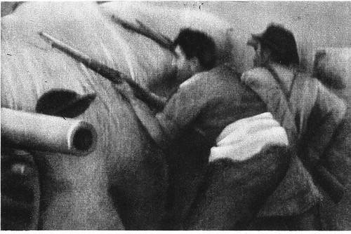 Milicianos disparando contra el Alcázar