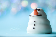 let it snow... (~ geisha ~) Tags: eatme letitsnowletitsnowletitsnow forchristmas ohtheweatheroutsideisfrightful butthefireissodelightful butagirlcandreamcantshe andsincewevenoplacetogo snowingbokeh whitechocolatesnowman actuallyitssummerhereinoz actualyitscalledanightmaremonamielol