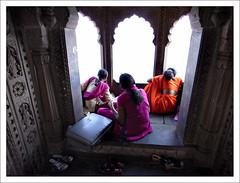 La Malle des Indes (Christian Lagat) Tags: orange woman india shoes fort wallet femme mauve grdigital sari chaussures inde madhyapradesh भारत malette maheshwar ricohgrd