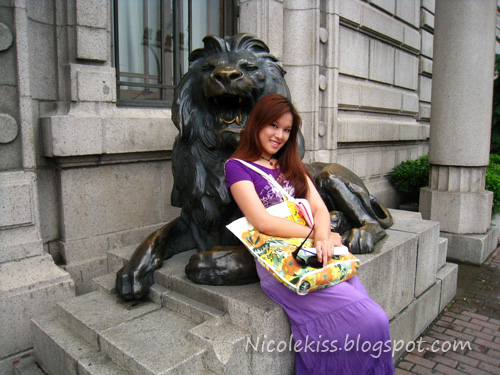 me with stone lion at the bund