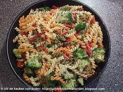 Pasta met broccoli en pesto-kaassaus