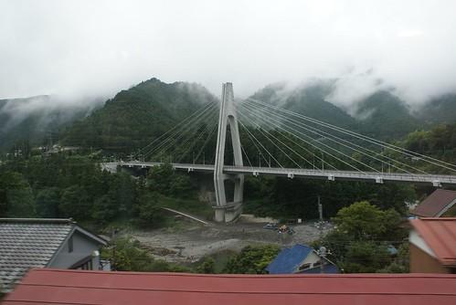 この橋はどの世界への架け橋かしら…