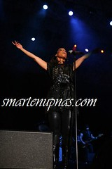 alicia keys with her hands inna di air
