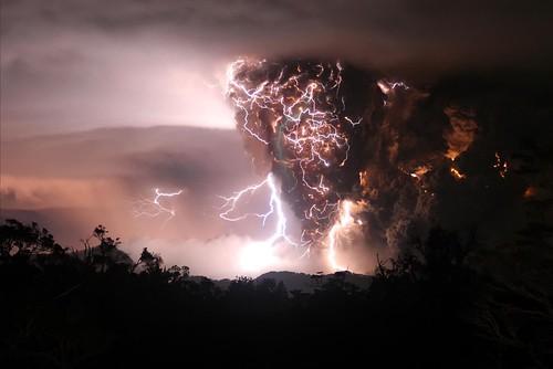 Volcán en erupción con tormenta incluida (Chile)