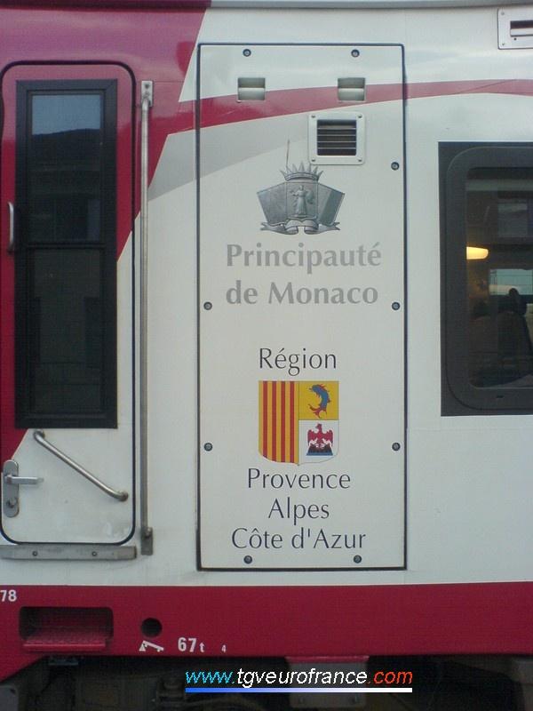 Les logos de la Principauté de Monaco et de la Région PACA décorent cette rame de Train Express Régional.