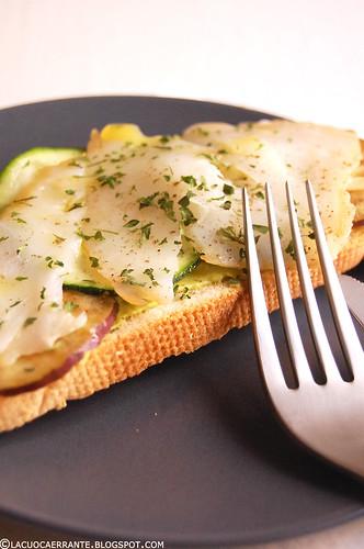 Tostas con carpaccio di verdure e baccalà affumicato