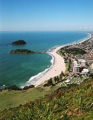 Mt Maunganui beach, New Zealand (chris.bryant) Tags: ocean camping sea newzealand summer sky plants naturaleza sol beach nature beautiful grass landscape islands town scenery day afternoon view horizon bluesky cielo vistas flax tauranga cieloazul movingwater mtmanganui 5photosaday papamoa platinumheartaward worldtrekker vanagram platinumpeaceaward