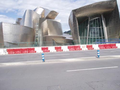 Guggenheim zuri-gorria