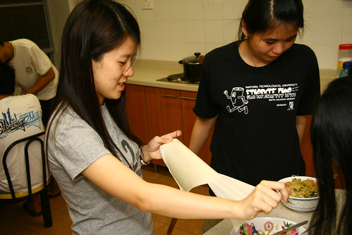Pei Yin separating the popiah skin